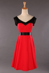 Röd klänning med svarta detaljer